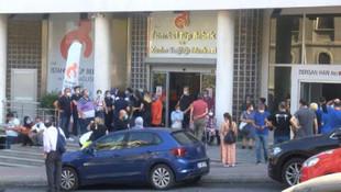 Beyoğlu'nda iş merkezinde panik! Sokağa döküldüler