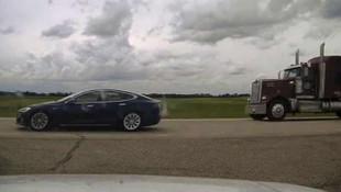 Şoförün uyuduğu Tesla araç 150 kilometre hıza çıktı