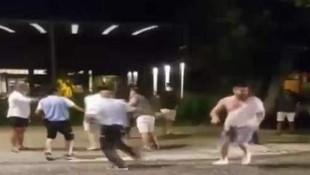 Arkadaşlarına otomobil çarptı, onlar kavgaya devam etti