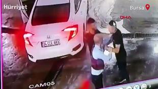 Bursa'dan kan donduran olay! Dövüp araçtan attılar, başka bir araç çarptı...