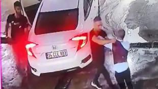 Dövüldükten sonra araçtan atıldı, başka bir araç çarptı