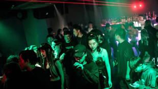 Covid-19'un doğduğu Vuhan'da gece kulüpleri dolup taşıyor