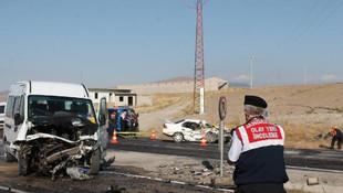 Otomobil ile minibüs çarpıştı: 1 ölü, 6 yaralı