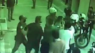İki kardeş, maske uyarısı yapan polisi darp etti!