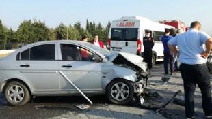Servis minibüsü ve otomobil kafa kafaya çarpıştı