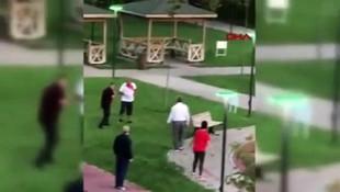 Çimlere basan çocuğun babasına saldırdı