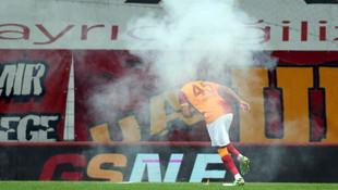 Seyircisiz oynanan derbide sahaya işaret fişeği atıldı