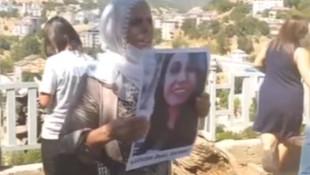 Gülistan Doku'nun annesi ve ablası oturma eyleminde