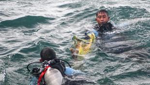 Endonezya'da denize düşen uçaktan cesetler ve parçalar çıkarılıyor
