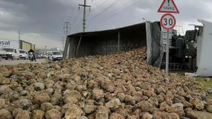 TIR devrildi, 30 ton pancar çevreye saçıldı