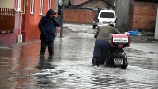 Edirne'de sağanak yağış hayatı felç etti