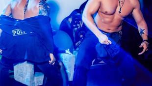 Eş değiştirme partisini basan polisleri striptizci sandılar