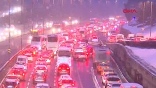 Trafikte beyaz esaret... İstanbullular yolda kaldı!
