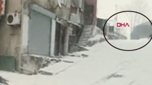 Karlı yolda kayıp düşen kişiye araba çarptı