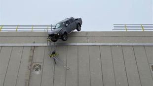 Şoke eden olay! Köprüde asılı kaldı