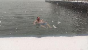 Kar yağarken boğazın serin sularına girdi!