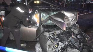 Bursa'da feci kaza! Önce otobüse ardından durağa çarptı