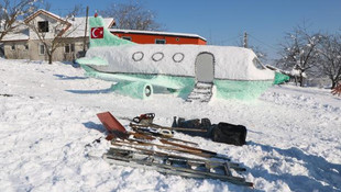 4 günde kardan uçak yaptı