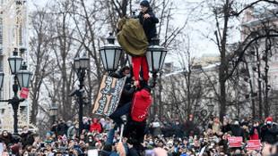Rusya'da sokaklar karıştı: En az bin gözaltı