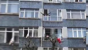 İstanbul'da ilginç olay! Eline ne geçtiyse balkondan aşağı attı!