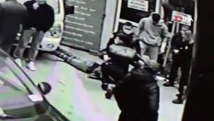 Polisten kaçan şüpheliye vatandaştan darp! O anlar saniye saniye kamerada