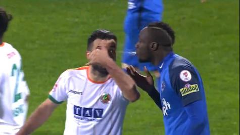 Aytemiz Alanyaspor - Kasımpaşa maçında rakibine tüküren Diagne kırmızı kart gördü