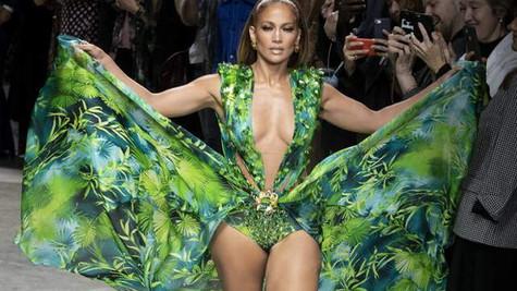 Jennifer Lopez cesur kıyafetiyle podyumu salladı