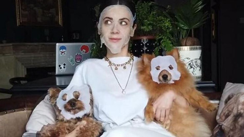 Fulya Zenginer köpeklerine de maske yaptı