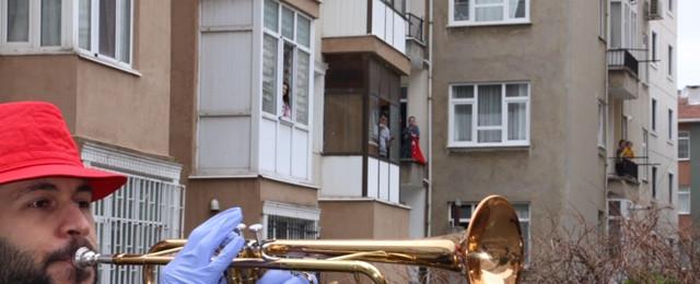 Kartal Belediyesi'nden evlerinden çıkmayan vatandaşlara bandolu konser