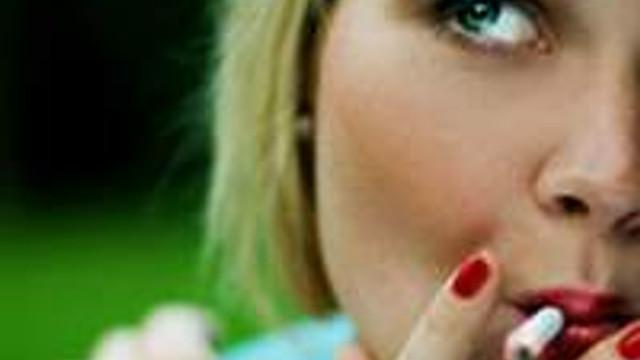 Sigara içmek kadınların ömrünü kısaltıyor