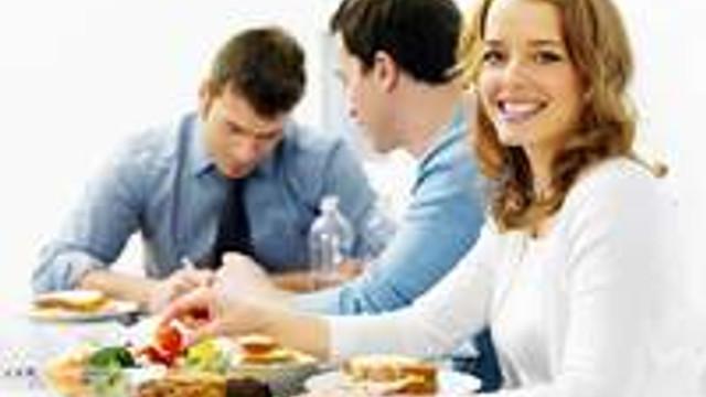Öğle yemeği neden kilo aldırtıyor?