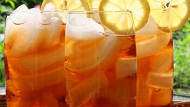 Serinleten içecek: Şeftali ve zencefilli buzlu çay