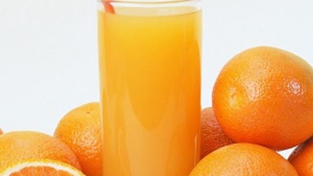 Etin yanında bir bardak portakal suyu için
