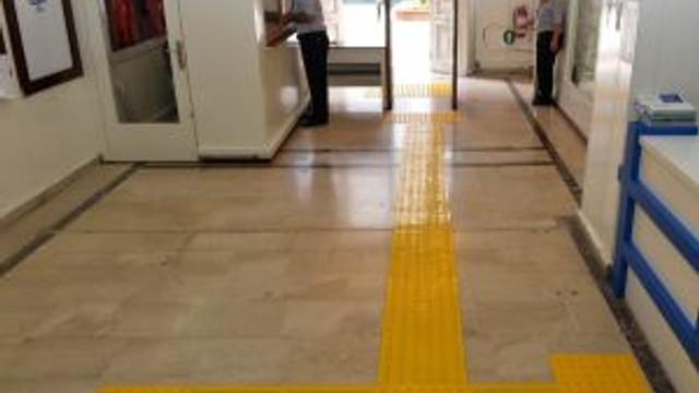 Büyükşehir Belediye Binasına Engelliler İçin Sarı Şerit Çekildi