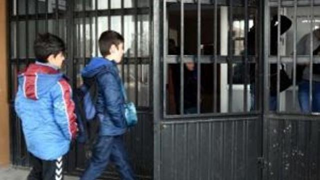 Van'da Pkk Yandaşları Okula Bomba Attı