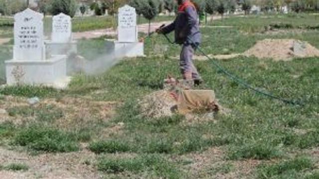 Cihanbeyli'de Mezarlıkların Bakım Onarımları Sürüyor