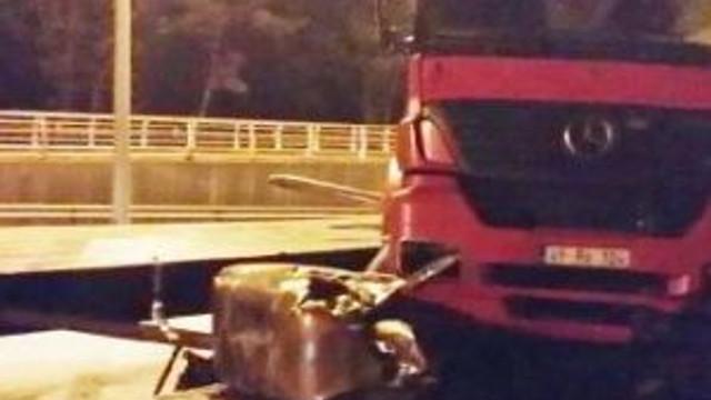 Tır Bariyerlere Çarptı; Sürücü Yaralandı