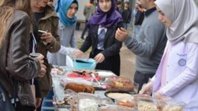 Öğrenciler Bosnalı Annelerin Yüzünü Güldürecek
