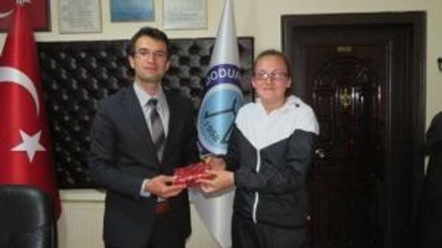 Dodurga Belediye Başkanı Selim Tuna, Başarılı Sporcuları Ödüllendirdi