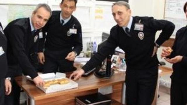Kuruluş Yıl Dönümünde Polise Baklava İkramı