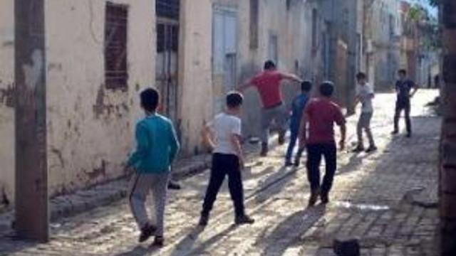 Silopi'de Yasağa Rağmen Çocuklar Sokakta Top Oynuyor
