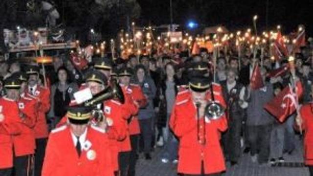 Ayvalık Belediyesi Altınova'da Fener Alayı Düzenledi
