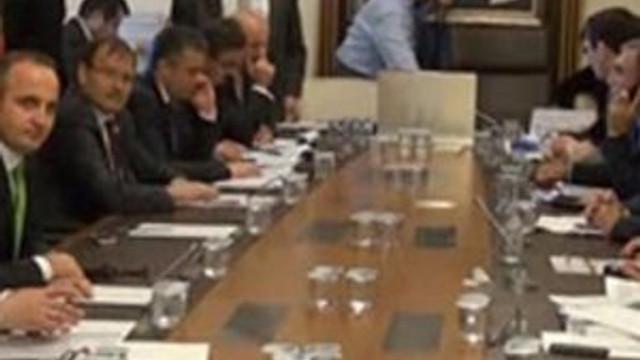 AKP'li vekil uzmana mikrofon fırlattı
