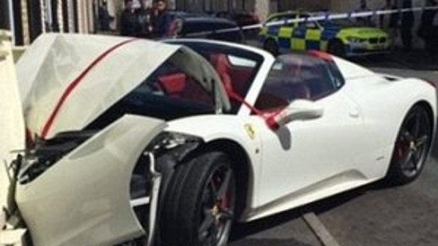 Kiralık Ferrari'yi hurdaya çevirdi !