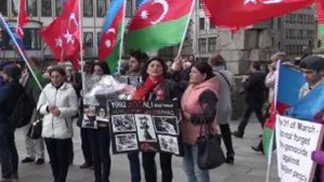 Azerbaycanlılar Köln'de Ermenistan'ı Protesto Ettiler