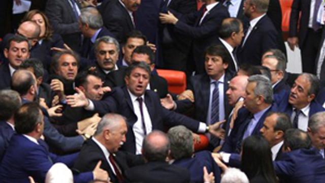 Meclis'te teklifler değil yumruklar konuştu !