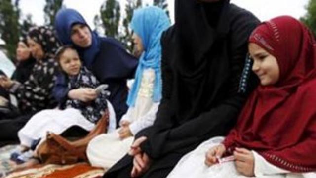Kadınlara; Facebook, pantolon, seyahat yasaklandı