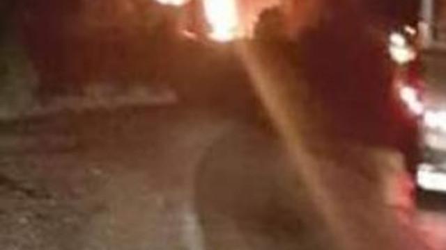 PKK yol kesip, araçları ateşe verdiler !