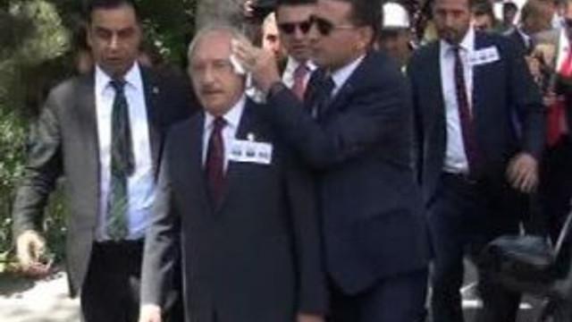 Kılıçdaroğlu'na şehit cenazesinde yumurta fırlattılar