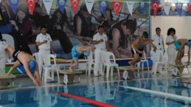 Sarıyer'de bir ilk; havuzda eğlenceli kano yarşı